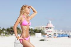 Modello del bikini sull'allerta Fotografie Stock