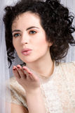 Modello del Brunette in camicetta del merletto che salta un bacio Fotografie Stock Libere da Diritti