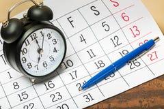 Modello del calendario dell'organizzatore con la sveglia e Fotografie Stock