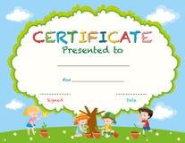 Modello del certificato con i bambini che piantano gli alberi Immagine Stock