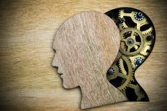 Modello del cervello fatto dagli ingranaggi arrugginiti del metallo Immagine Stock