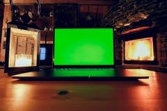 Modello del computer portatile con il fondo del camino Fotografia Stock Libera da Diritti