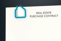 Modello del contratto del bene immobile con il isolat della graffetta di forma della casa Fotografie Stock Libere da Diritti