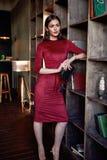 Modello del corpo della donna di stile di modo bello di forma di usura castana perfetta dei capelli Fotografie Stock Libere da Diritti