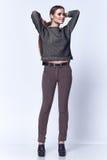 Modello del corpo della donna di stile di modo bello di forma di usura castana perfetta dei capelli Immagini Stock