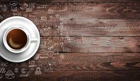 Modello del fondo di Infograph con un caffè fresco sulla tavola di legno reale Fotografie Stock Libere da Diritti