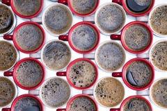 Modello del fondo di rosso e delle tazze di caffè macchiato Fotografia Stock