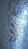 Modello del gelo sul blu di vetro Immagini Stock Libere da Diritti