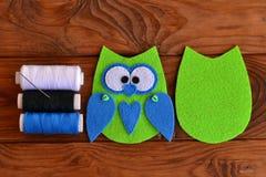 Modello del gufo del feltro Gufo cucito del feltro Abbellimento del gufo del feltro Come fare un gufo sveglio del feltro giocare  Fotografia Stock