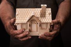 Modello del holdilg delle mani degli agricoltori piccolo della casa Fotografia Stock Libera da Diritti