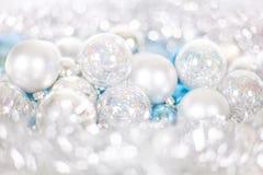 Modello del nuovo anno e di Natale, ornamento delle palle di Natale e lam?, decorazione di favola di inverno nel colore blu e bia fotografia stock