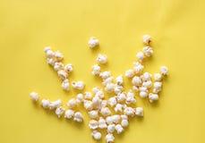 Modello del popcorn su fondo Vista superiore fotografia stock libera da diritti