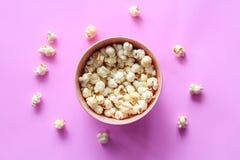 Modello del popcorn su fondo Vista superiore fotografie stock