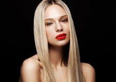 Modello del ritratto di bellezza con l'acconciatura bionda brillante fotografia stock libera da diritti