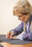 Modello del sarto di progettazione del sarto da donna sulla tavola fotografia stock libera da diritti