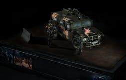 Modello del veicolo da combattimento russo della tigre, con tre soldati vicino Priorità bassa nera fotografie stock libere da diritti