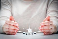 Modello dell'aeroplano circondato a mano nel gesto di protezione Sicurezza di industria æreonautica, assicurazione Fotografie Stock Libere da Diritti