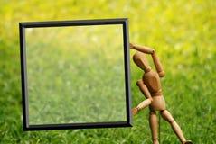Modello dell'artista che ostacola un segno in bianco Fotografia Stock Libera da Diritti