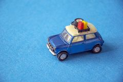 Modello dell'automobile del giocattolo retro su fondo blu Automobile d'annata in miniatura Fotografie Stock Libere da Diritti