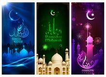 Modello dell'insegna per Eid con il messaggio nel meanig arabo Ramadan Mubarak di urdu