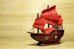 Modello della barca su vecchio fondo di legno marrone Fotografia Stock Libera da Diritti