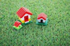 Modello della Camera sul campo di erba verde Fotografia Stock Libera da Diritti