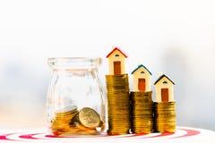 Modello della Camera sulla pila delle monete soldi di progettazione di risparmio delle monete per comprare un concetto domestico immagini stock libere da diritti