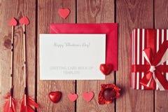 Modello della cartolina d'auguri di San Valentino con il cioccolato di forma del cuore ed il contenitore di regalo Immagini Stock Libere da Diritti
