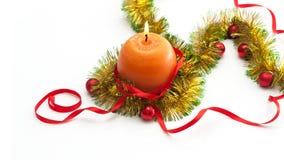 Modello della cartolina d'auguri fatto di lamé giallo e verde con le palle rosse e dorate di natale, candela rossa dell'arancia d Fotografie Stock