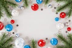 Modello della cartolina di Natale con la rappresentazione blu e rossa delle bagattelle 3D royalty illustrazione gratis