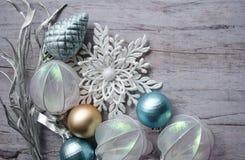 Modello della cartolina di Natale Il fondo di festa con i rami d'argento, Natale gioca, fiocco di neve decorativo su una parte po Fotografia Stock