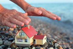 Modello della casa con il garage sulla spiaggia in sera Immagini Stock Libere da Diritti