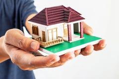 Modello della casa della tenuta dell'uomo Immagini Stock