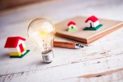Modello della casa e della lampadina Immagini Stock