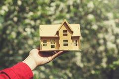 Modello della casa della mano della donna immagini stock libere da diritti