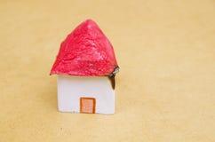 Modello della casetta e un bello fatto di carta con un fondo di legno, alloggio bruciante una protezione debole della proprietà Fotografia Stock Libera da Diritti
