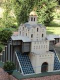 modello della costruzione del cancello dorato alla mostra delle indicazioni in miniatura immagine stock libera da diritti