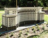 modello della costruzione del gabinetto alla mostra delle indicazioni in miniatura fotografia stock