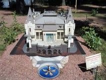 modello della costruzione del teatro del burattino alla mostra delle indicazioni in miniatura fotografie stock libere da diritti
