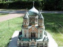 modello della costruzione di chiesa alla mostra delle indicazioni in miniatura immagini stock libere da diritti