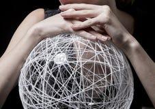 Modello della donna con la chiara palla astratta per arte della natura di bellezza dei gioielli fotografia stock libera da diritti