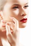 Modello della donna di fascino con trucco luminoso di modo Fotografie Stock