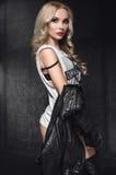 Modello della donna di modo in bomber in studio Immagini Stock