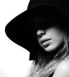 Modello della donna di modo in vestito nero Fotografie Stock