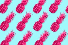 Modello della frutta degli ananas rosa al neon su un fondo blu pastello Fotografia Stock Libera da Diritti