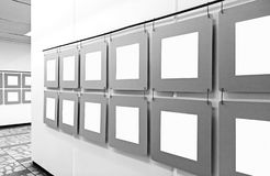 Modello della galleria di arte con i manifesti di carta in bianco che appendono sulle pareti fotografia stock