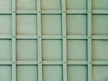 Modello della griglia dei quadrati su un portone verde del ferro Fotografie Stock Libere da Diritti