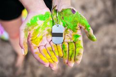 Modello della medaglia nelle mani del partecipante di concorrenza fotografie stock