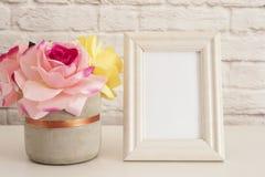 Modello della pagina Derisione bianca della pagina su Cornice crema, vaso con le rose rosa Modello della struttura del prodotto P immagini stock libere da diritti