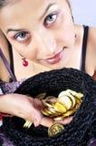 Modello della ragazza con le monete di oro Fotografia Stock
